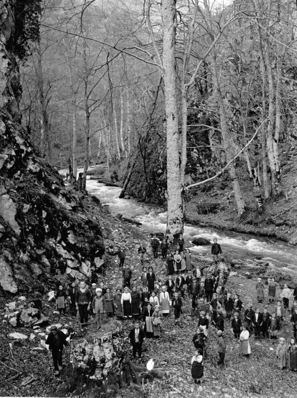 Fotograf nepoznat, [Grupa dece pored potoka], cb negativ 6x4.5 cm, c. 1930