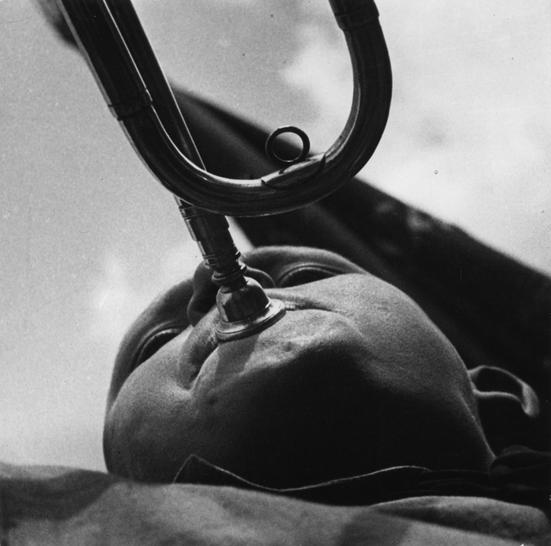 Pioneer-with-a-trumpet-by-Alexander-Rodchenko