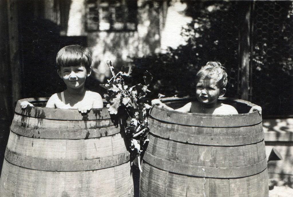 Ana (Pani) Kende i Eva Radovancev (rod Kende), Zrenjanin, oko 1929 Izvor Eva Radovancevfsd