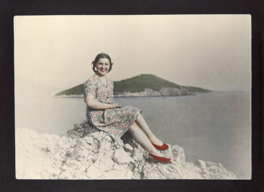 Jadransko more 2, 2011-2012, crno-bela reprodukcija na klasičnom foto papiru bojena olovkama u boji, 97,3x133,9 cm.