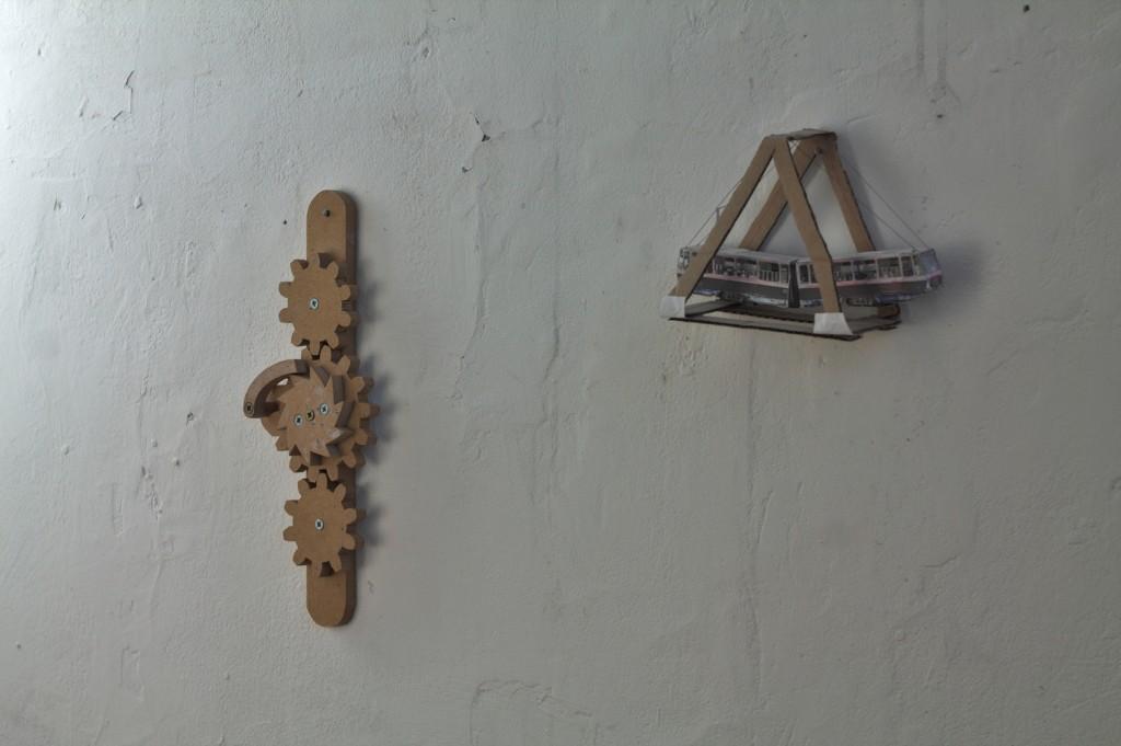 Objekat na zidu 1 / Swing u tramvaju, karton, 15 x 10 x 5 cm Objekat na zidu 2 / Mehanizam broj 4, drvo, 30 x 12 x 3 cm