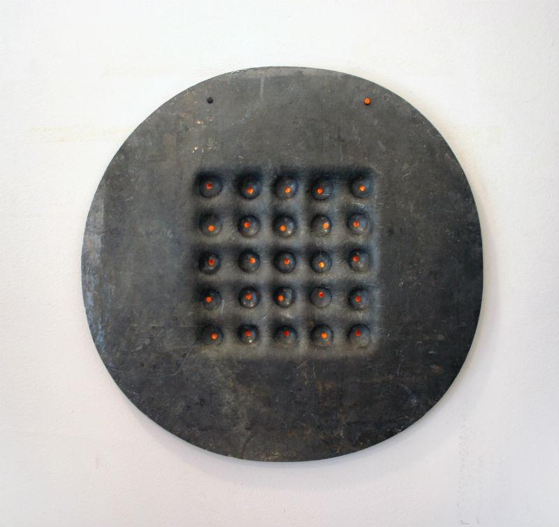 Lečenje umetnošću, 2014, olovo, 47 x 51 x 3 cm